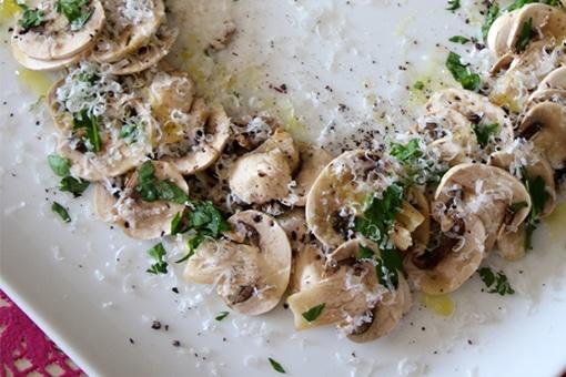 隠し味を仕込んだ、マッシュルームのシンプルサラダ。|ホームパーティレシピ|Gourmet|madameFIGARO.jp(フィガロジャポン)