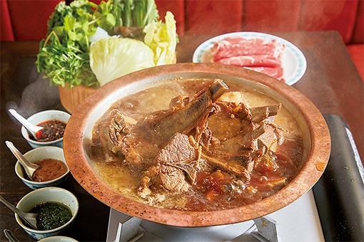 お目当ては、スパイシーな薬味とともに食す羊の鍋料理。|特集|Gourmet|madameFIGARO.jp(フィガロジャポン)