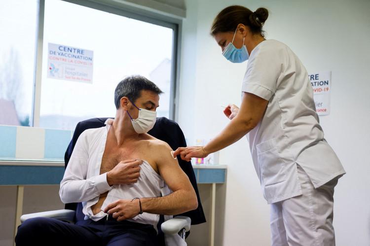 1384681-olivier-veran-recevant-la-premiere-dose-du-vaccin-astrazeneca-le-8-fevrier-2021.jpg