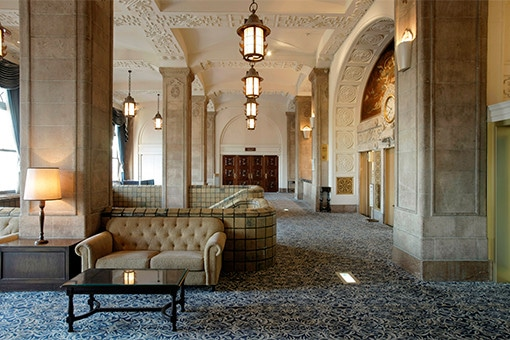 激動の歴史を見守り続けた、美しきクラシックホテル。