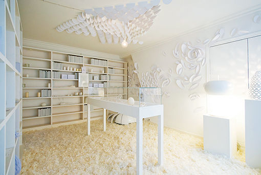 パリの真っ白なコンセプトショップで1点もののアートを。