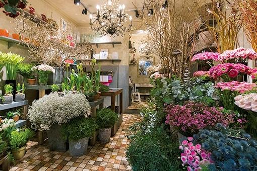 パリでいちばん花が似合う街、モンマルトルの花屋さん。