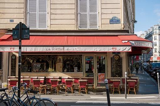 パリのダウンタウンの定番カフェは、赤いテントが目印。