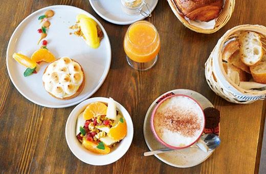 パリの朝ごはんは、暖炉もある可愛いカフェで。