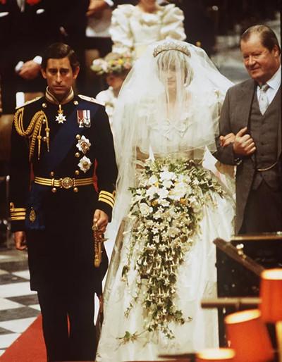 01-210507-lady-diana-lors-de-son-mariage-avec-le-prince-charles.jpg