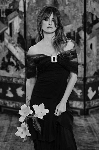 11_chanel_07_Penelope_Cruz_Chanel_Haute_Couture_Spring_Summer_2021_Family_Portraits_Book_Paris_2021_Copyright_Anton_Corbijn.jpg