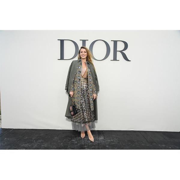 e9b235d33fce 新作主演映画『A Simple Favor』のプロモーションに続き、今度はファッションウィークのためにニューヨーク/パリ間を往復。(ディオールのショー会場、パリ、2018年9  ...