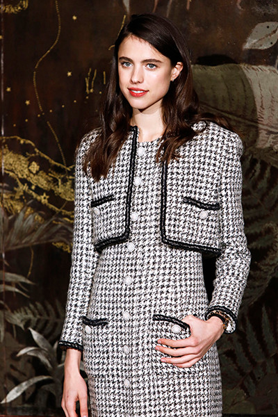 191211_chanel_metiers_d'art_19_Margaret_QUALLEY_CHANEL_Metiers_d_art_Show_2019_20_1.jpg