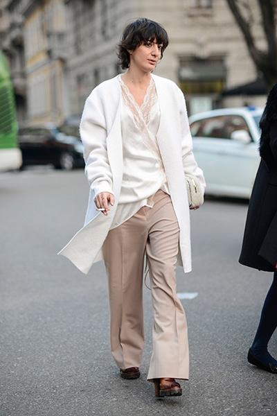 ホワイト×ベージュのミニマムなスタイル。レ…|世界のおしゃれスナップ|Fashion|madameFIGARO.jp(フィガロジャポン)